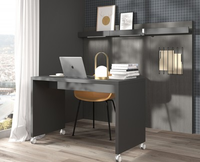 Desk with castors and panels with magazine shelves and elastic shelves